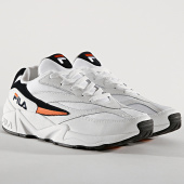 /achat-baskets-basses/fila-baskets-v94m-low-1010572-02c-white-navy-orange-175443.html