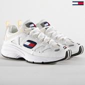 /achat-baskets-basses/tommy-hilfiger-jeans-baskets-femme-retro-sneaker-en0en00584-white-187507.html