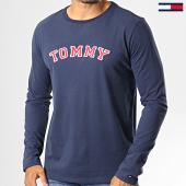 /achat-t-shirts-manches-longues/tommy-hilfiger-jeans-tee-shirt-manches-longues-cn-logo-1628-bleu-marine-rouge-blanc-193111.html